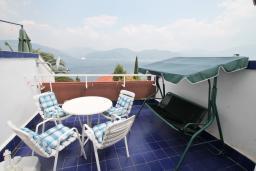 Балкон. Черногория, Крашичи : Апартамент с отдельной спальней, с террасой с шикарным видом на море, 100 метров до пляжа