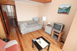Гостиная. Черногория, Крашичи : Апартамент с отдельной спальней, с террасой с шикарным видом на море, 100 метров до пляжа