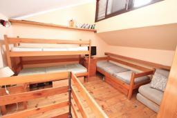 Спальня. Черногория, Крашичи : Апартамент с отдельной спальней, с террасой с шикарным видом на море, 100 метров до пляжа