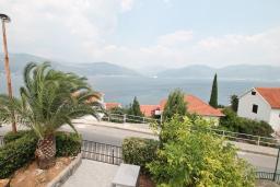 Вид на море. Черногория, Крашичи : Апартамент с отдельной спальней, с террасой с шикарным видом на море, 100 метров до пляжа