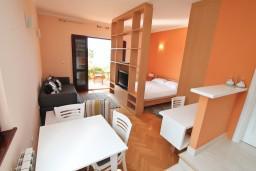 Черногория, Герцег-Нови : Современная студия с балконом с видом на море, 75 метров до пляжа