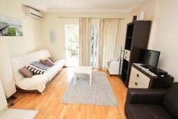 Гостиная. Черногория, Ораховац : Апартамент с отдельной спальней, с балконом с видом на море, 80 метров до пляжа