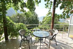 Терраса. Черногория, Ораховац : Апартамент с отдельной спальней, с балконом с видом на море, 80 метров до пляжа