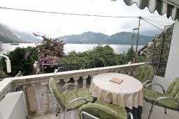 Балкон. Черногория, Ораховац : Двухэтажный апартамент с 1 спальней и балконом с шикарным видом на море в 10 метрах от пляжа