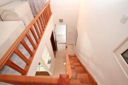Коридор. Черногория, Ораховац : Двухэтажный апартамент с 1 спальней и балконом с шикарным видом на море в 10 метрах от пляжа