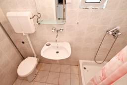 Ванная комната. Черногория, Ораховац : Трёхместная комната в 10 метрах от пляжа