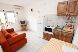 Гостиная. Черногория, Кримовица : Апартамент с отдельной спальней, с балконом с видом на море