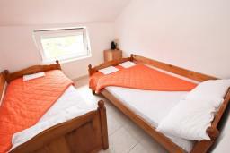 Спальня. Черногория, Кримовица : Апартамент для 3-5 человек, с отдельной спальней, с балконом с видом на море