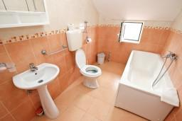 Ванная комната. Черногория, Кримовица : Апартамент с отдельной спальней, с балконом с видом на море