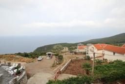Фасад дома. Черногория, Кримовица : Апартамент с отдельной спальней, с балконом с видом на море