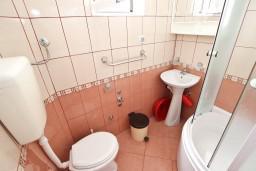 Ванная комната. Черногория, Кримовица : Студия для 2 человек, с балконом с видом на море