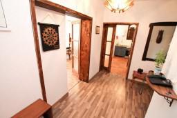 Коридор. Черногория, Столив : Этаж дома в Которе (Столив), с 3-мя отдельными спальнями, с 2-мя ванными комнатами (душ и ванна), с большой гостиной, с зеленым двориком, с террасой и балконом, стиральная машина, Wi-Fi, несколько парковочных мест, 100 метров до пляжа.