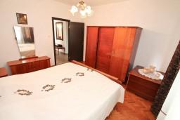 Спальня. Черногория, Столив : Этаж дома в Которе (Столив), с 3-мя отдельными спальнями, с 2-мя ванными комнатами (душ и ванна), с большой гостиной, с зеленым двориком, с террасой и балконом, стиральная машина, Wi-Fi, несколько парковочных мест, 100 метров до пляжа.