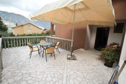 Терраса. Черногория, Столив : Этаж дома в Которе (Столив), с 3-мя отдельными спальнями, с 2-мя ванными комнатами (душ и ванна), с большой гостиной, с зеленым двориком, с террасой и балконом, стиральная машина, Wi-Fi, несколько парковочных мест, 100 метров до пляжа.