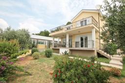 Фасад дома. Черногория, Кавач : Двухэтажная вилла в Кавац (Котор), с 4-мя отдельными спальнями, с 2-мя большими гостиными, с 4-мя ванными комнатами, с крытым плавательным бассейном, с сауной,  с зеленым двориком, несколько парковочных мест.