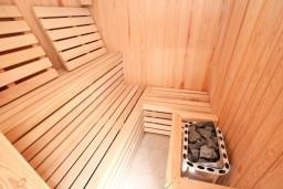 Прочее. Черногория, Кавач : Двухэтажная вилла в Кавац (Котор), с 4-мя отдельными спальнями, с 2-мя большими гостиными, с 4-мя ванными комнатами, с крытым плавательным бассейном, с сауной,  с зеленым двориком, несколько парковочных мест.