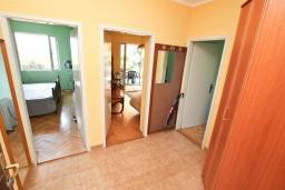 Коридор. Черногория, Герцег-Нови : Этаж дома с 2-мя отдельными спальнями, с террасой, 50 метров до моря