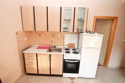 Кухня. Черногория, Селяново : Апартамент для 4-6 человек, с 2-мя отдельными спальнями, с террасой, 70 метров до моря