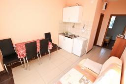 Гостиная. Черногория, Селяново : Апартамент для 2-4 человек, с отдельной спальней, 70 метров до моря