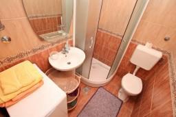 Ванная комната. Черногория, Муо : Апартамент в Муо с отдельной спальней, возле моря