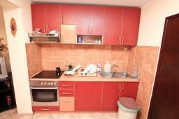 Кухня. Черногория, Муо : Апартамент с отдельной спальней, с террасой с видом на море, 100 метров до пляжа