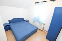 Спальня. Черногория, Прчань : Апартамент для 10 человек, с 4-мя отдельными спальнями и 4-мя ванными комнатами, с террасой с шикарным видом на море