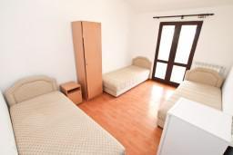Спальня 2. Черногория, Прчань : Апартамент для 10 человек, с 4-мя отдельными спальнями и 4-мя ванными комнатами, с террасой с шикарным видом на море