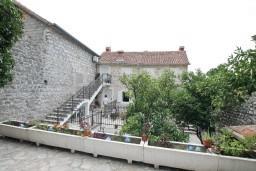 Терраса. Черногория, Пераст : Апартамент для 6-8 человек, с 3-мя отдельными спальнями, 20 метров до моря