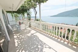 Балкон. Черногория, Герцег-Нови : Дом в Герцег-Нови (Топла) с 2-мя гостиными, с 6-ю спальнями, с 4-мя ванными комнатами, с террасой и балконами с шикарным видом на море, несколько парковочных мест
