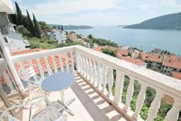 Вид на море. Черногория, Герцег-Нови : Дом в Герцег-Нови (Топла) с 2-мя гостиными, с 6-ю спальнями, с 4-мя ванными комнатами, с террасой и балконами с шикарным видом на море, несколько парковочных мест