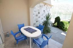 Терраса. Черногория, Столив : Апартамент для 3-5 человек, с отдельной спальней, с террасой с видом на море, 10 метров до пляжа