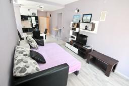 Гостиная. Черногория, Столив : Люкс апартамент с отдельной спальней, с балконом с видом на море, 10 метров до пляжа