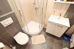 Ванная комната. Черногория, Дженовичи : Современный апартамент с отдельной спальней, с балконом с видом на море, 20 метров до пляжа