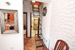 Коридор. Черногория, Доброта : Современный апартамент для 3-5 человек, с 2-мя отдельными спальнями, с балконом с шикарным видом на море, 10 метров до пляжа