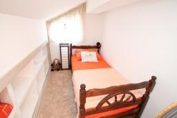 Спальня. Черногория, Доброта : Современный апартамент для 3-5 человек, с 2-мя отдельными спальнями, с балконом с шикарным видом на море, 10 метров до пляжа