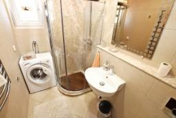 Ванная комната. Черногория, Доброта : Современный апартамент для 3-5 человек, с 2-мя отдельными спальнями, с балконом с шикарным видом на море, 10 метров до пляжа