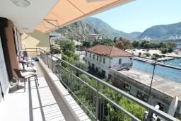 Балкон. Черногория, Доброта : Современный апартамент для 3-5 человек, с 2-мя отдельными спальнями, с балконом с шикарным видом на море, 10 метров до пляжа