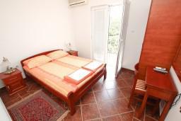 Спальня. Черногория, Пржно / Милочер : Апартамент для 5 человек, с 2-мя отдельными спальнями, с балконом с видом на море