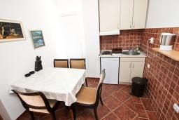 Кухня. Черногория, Пржно / Милочер : Апартамент для 5 человек, с 2-мя отдельными спальнями, с балконом с видом на море