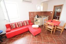 Гостиная. Черногория, Пржно / Милочер : Апартамент для 4-5 человек, с 2-мя отдельными спальнями, с 2-мя балконами