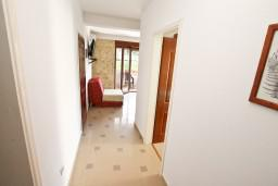 Коридор. Черногория, Дженовичи : Современный апартамент с отдельной спальней в 120 метрах от моря