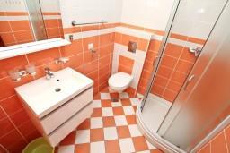 Ванная комната. Черногория, Дженовичи : Современный апартамент с отдельной спальней в 120 метрах от моря