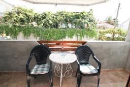 Балкон. Черногория, Дженовичи : Современный апартамент с отдельной спальней в 120 метрах от моря