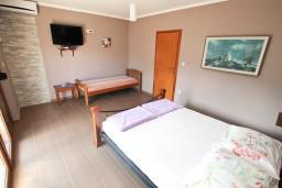 Спальня. Черногория, Дженовичи : Современный апартамент с отдельной спальней