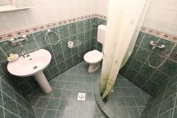 Ванная комната. Черногория, Лепетане : Студия для 4 человек, с террасой, возле моря