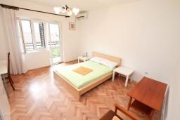 Спальня 2. Черногория, Доброта : Апартамент для 8 человек, с 3-мя отдельными спальнями, с балконом с видом на море