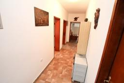 Коридор. Черногория, Доброта : Апартамент для 8 человек, с 3-мя отдельными спальнями, с балконом с видом на море