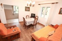 Гостиная. Черногория, Доброта : Апартамент для 8 человек, с 3-мя отдельными спальнями, с балконом с видом на море