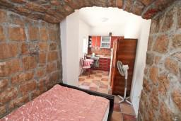 Спальня. Черногория, Жанице / Мириште : 3-х этажный дом в Луштица (Радованичи) с 5-ю отдельными спальнями, с 5-ю ванными комнатами, с просторной гостиной, с большой крытой террасой, с зеленым двориком, с местом для барбекю, несколько парковочных мест
