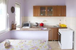 Кухня. Черногория, Утеха : 2-х этажный дом в Полюшково с 3-мя отдельными спальнями, с 2-мя ванными комнатами, с большой гостиной, с 3-мя балконами с видом на море, несколько парковочных мест